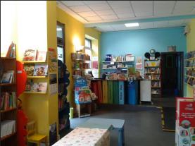 Il teatro dei libri era una libreria indipendente per bambini e ragazzi, nata nel giugno 2013 a Livorno, dall'incontro di Mara e Raffaella, accomunate dalla passione per la letteratura e con esperienza nel campo delle librerie l'una e studi in editoria l'altra. teatrodeilibri@gmail.com